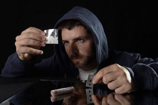 איך מזהים מכור לסמים